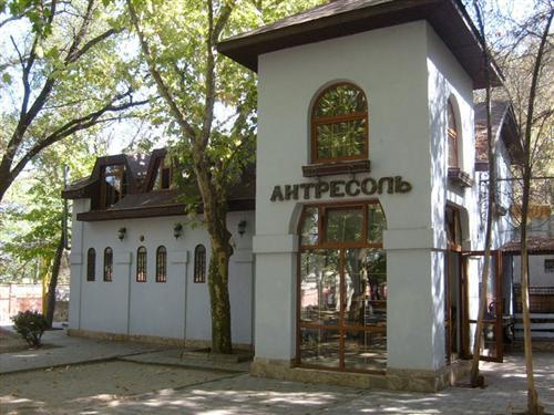 Антресоль, арт-кафе  фасад